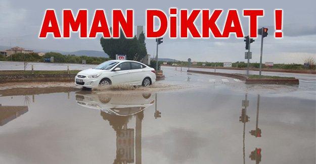 Biriken sular trafikte tehlike saçıyor