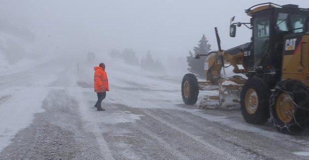 Yoğun sis ve kar yağışı ulaşımı engelliyor