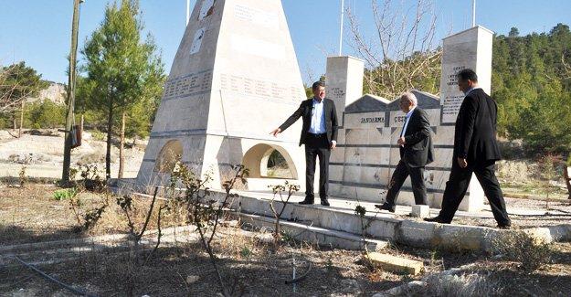 Başkan Turgut, Şehitlik Anıtı'nı inceledi
