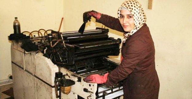 Gazeteyi kadın çalışan basıyor