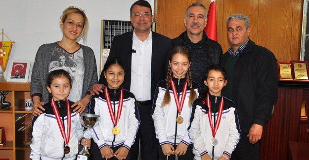 Turgut, başarılı sporcuları ödüllendirdi