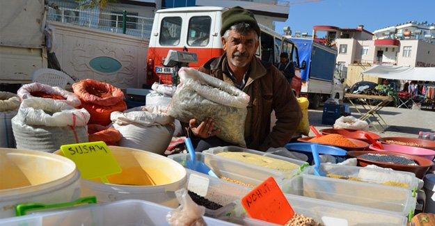 Ürettiği ürünleri köylü pazarında satıyor
