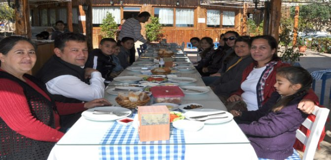 Minik öğrenciler ve veliler kahvaltıda buluştu
