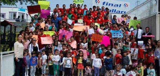 Öğrencilerin 'Şampiyon Silifke' Sloganıyla Karşılaması