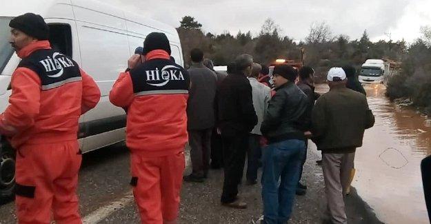 Sel suları karayolunu kapattı. Mahsur kalan 3 kişi kurtarıldı