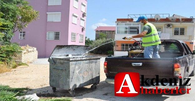 Silifke Belediyesi Çöp Konteynırlarını İlaçla Temizliyor