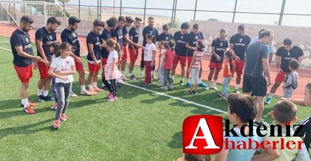 Öğrencilerden Futbolculara Moral Ziyareti