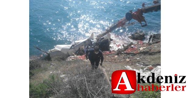 Silifke'de domates yüklü tır denize uçtu: 1 ölü