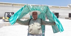 Sıcaktan korunmak için hurdalardan şemsiye yaptı